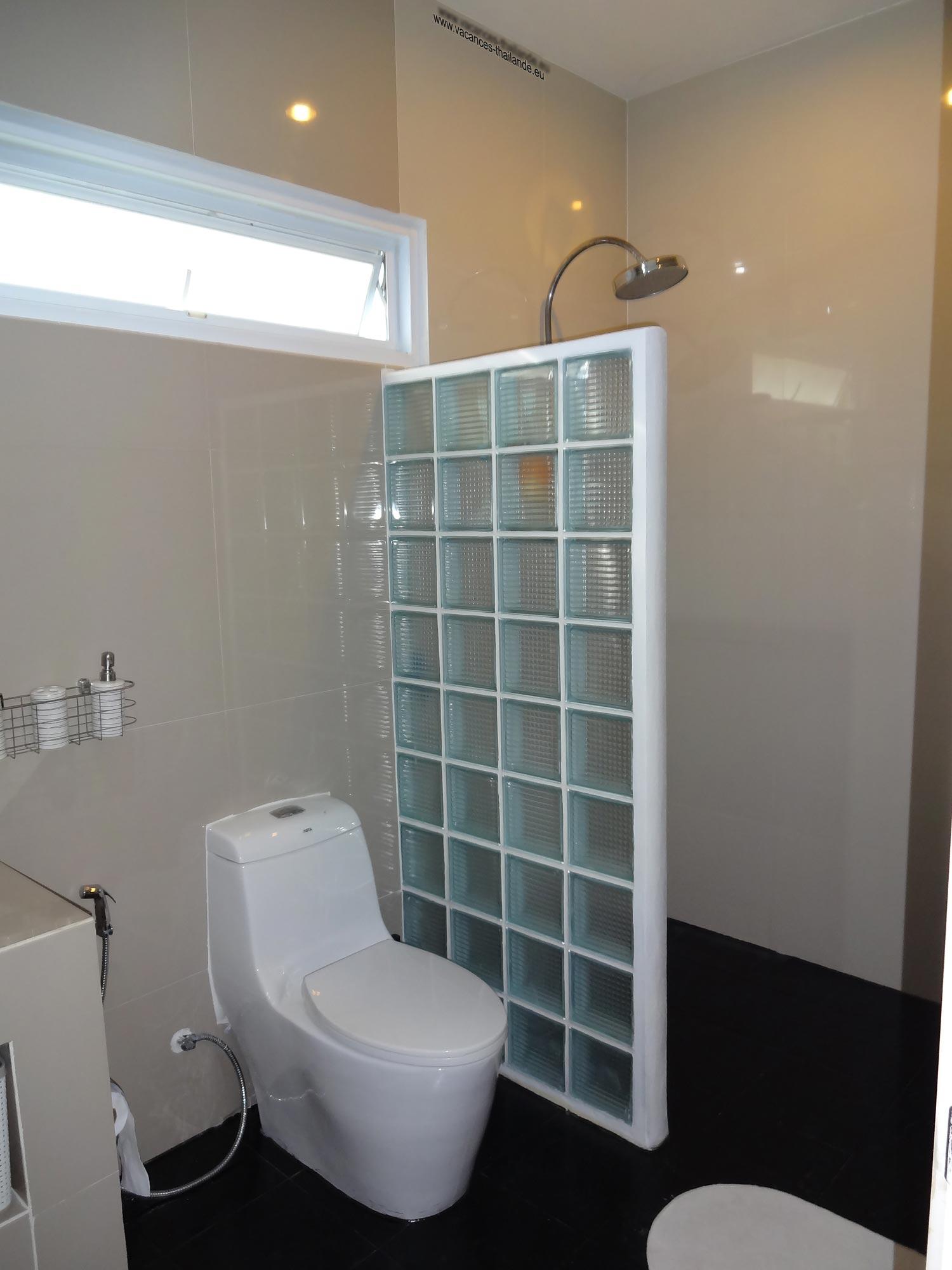 Villa vacances thailande page de la photo 37 salle de bain noire de la chambre queen size mauve - Salle de bain attenante ...